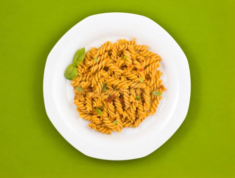 Pâtes italiennes avec la sauce tomate et le basilic. photo libre de droits