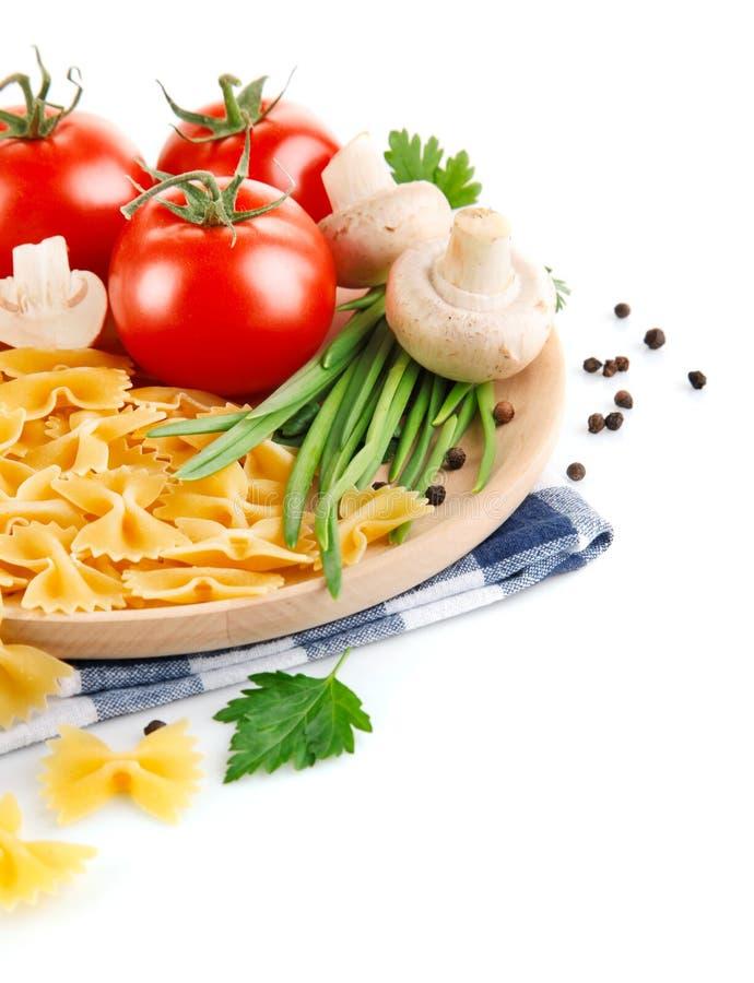 Pâtes italiennes avec la tomate et les champignons de paris photo stock
