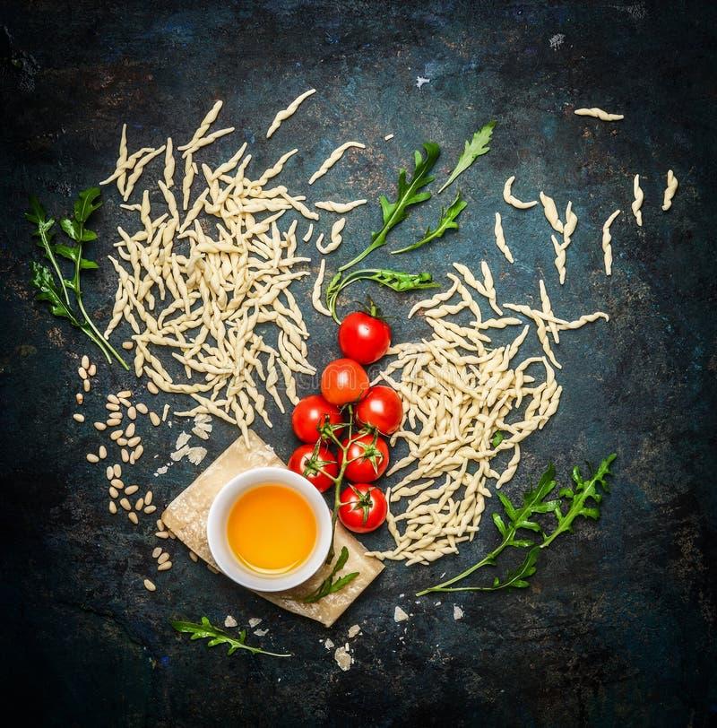 Pâtes italiennes avec les ingrédients savoureux pour la cuisson photos stock