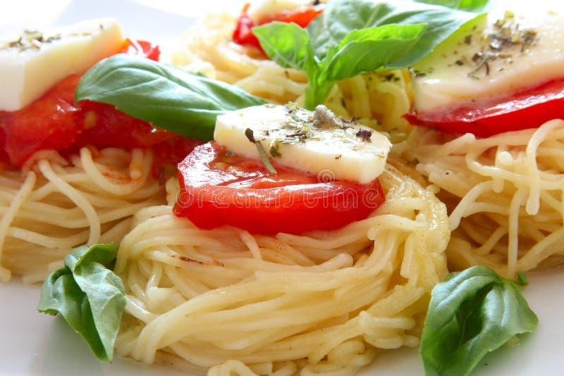 Pâtes italiennes avec les tomates et le fromage images stock