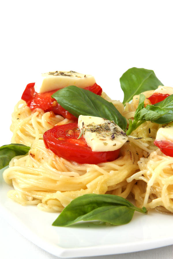 Pâtes italiennes avec les tomates et le fromage images libres de droits