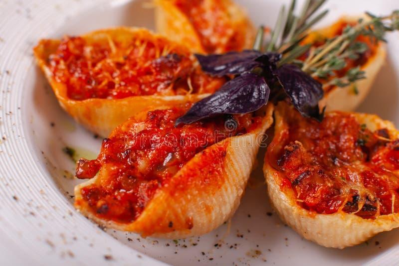 Pâtes italiennes Conchiglioni Rigati Plat délicieux bourré de la viande hachée avec les tomates sèches en sauce tomate Plan rappr image libre de droits