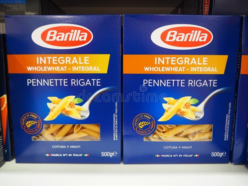Pâtes italiennes d'intégrale de blé entier de Pennette Rigate de Barilla sur les étagères de supermarché photographie stock libre de droits