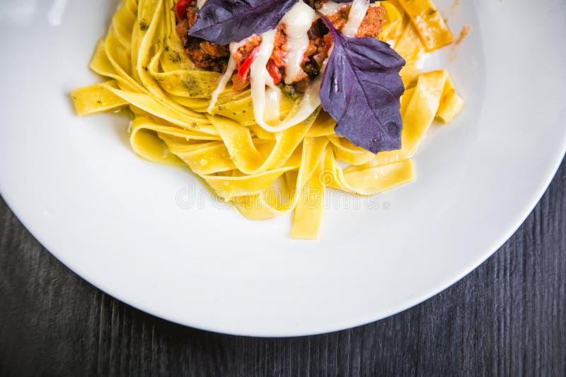 Pâtes italiennes dans un plat dans un restaurant avec des piments photos libres de droits