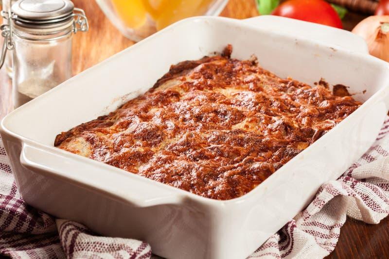 Pâtes italiennes de Cannelloni cuites au four dans le plat de cocotte en terre image libre de droits