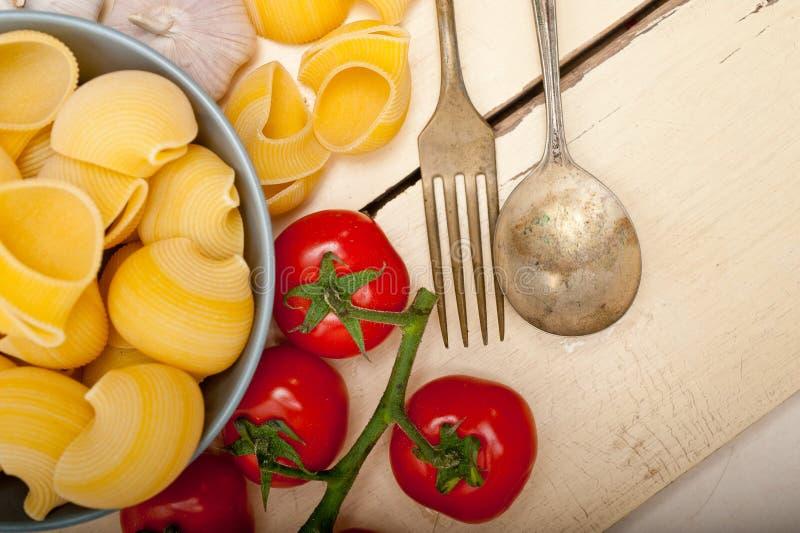 Pâtes italiennes de lumaconi d'escargot avec des tomates photo libre de droits