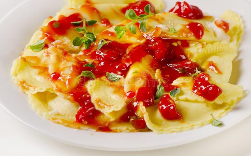 Pâtes italiennes de ravioli avec la sauce tomate photographie stock