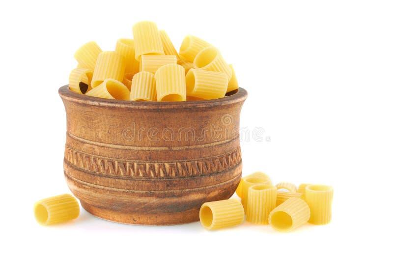 Pâtes italiennes de Rigatoni dans la cuvette en bois photos stock