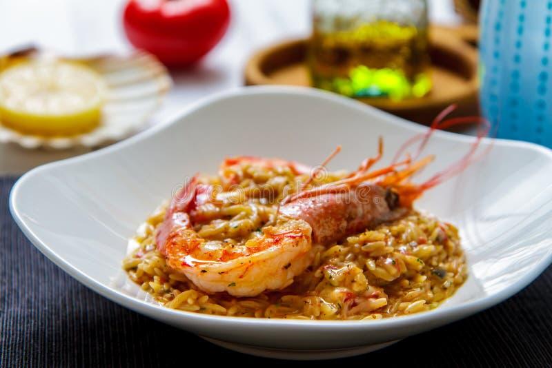 Pâtes italiennes de rizoni avec la vue de côté de grandes crevettes photos libres de droits