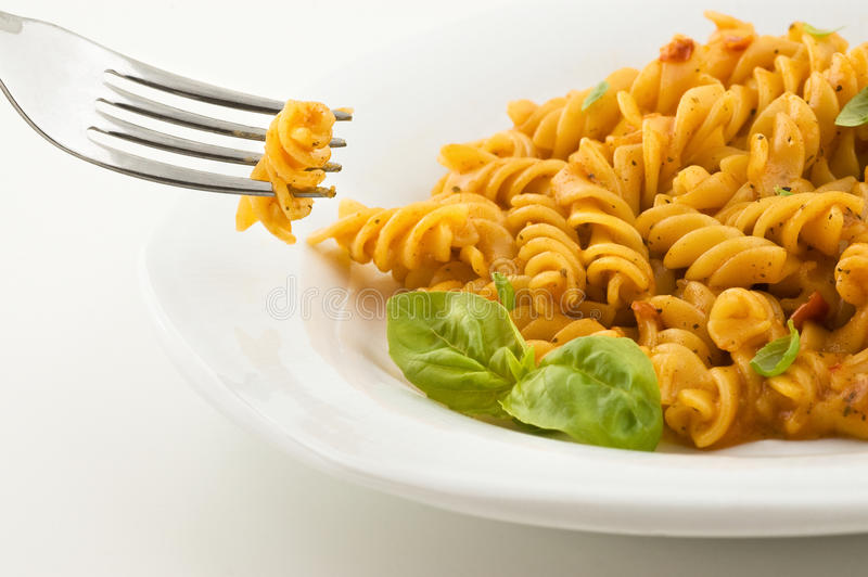 Pâtes italiennes fraîches avec la sauce tomate et le basilic. image stock