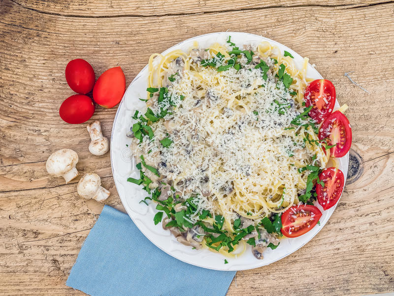 Pâtes italiennes fraîches avec les champignons et la sauce crème photo stock