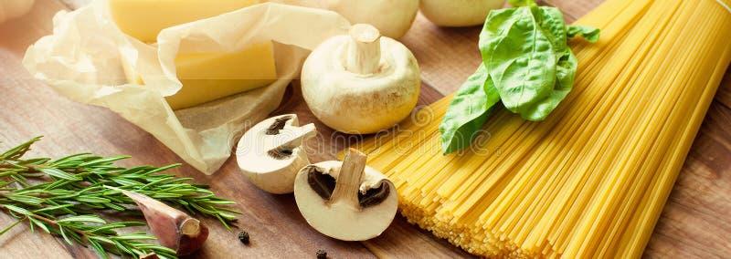 Pâtes italiennes, nourriture crue pour la cuisson Vue supérieure, vue d'en haut Copiez l'espace Fond foncé drapeau photographie stock