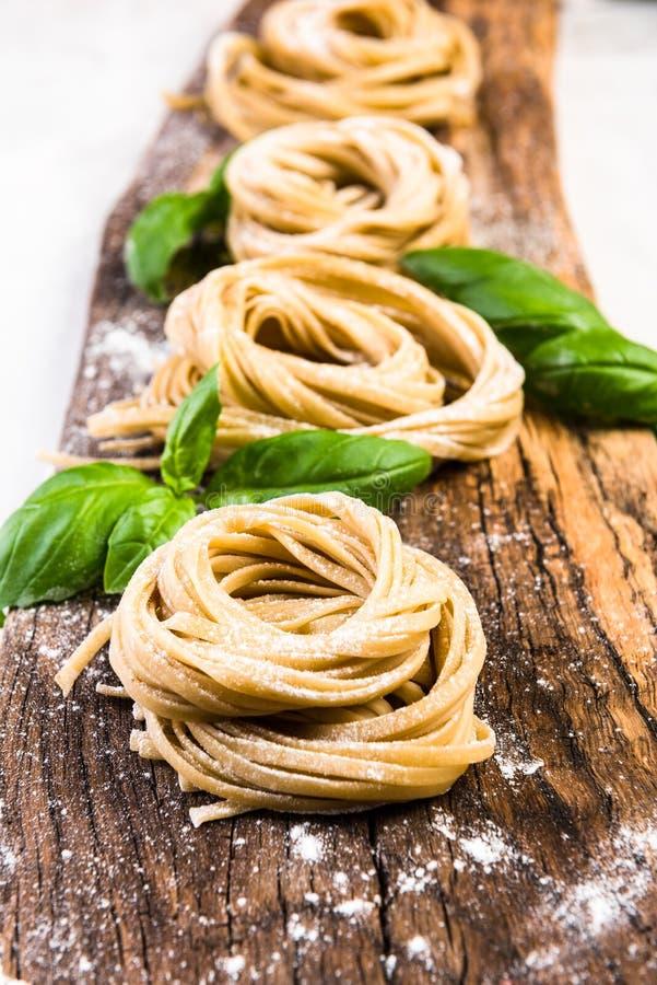 Pâtes italiennes nouvellement fabriquées sur le conseil en bois photographie stock