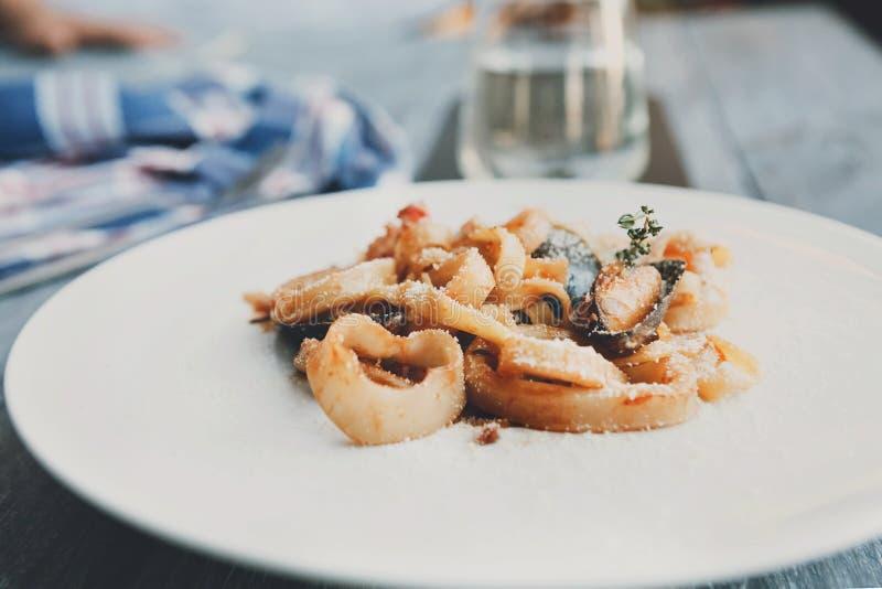 Pâtes italiennes traditionnelles de fruits de mer avec le calamari et la moule photo libre de droits