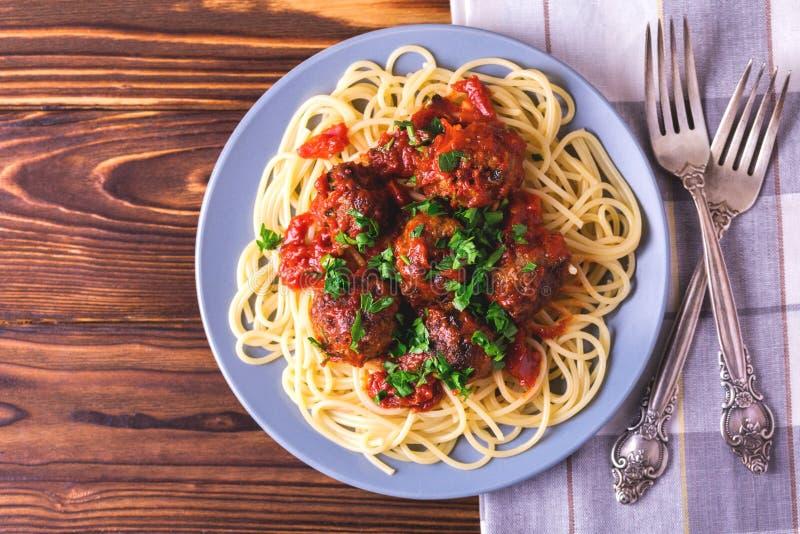 Pâtes italiennes traditionnelles de spaghetti avec des boulettes de viande de boeuf images libres de droits