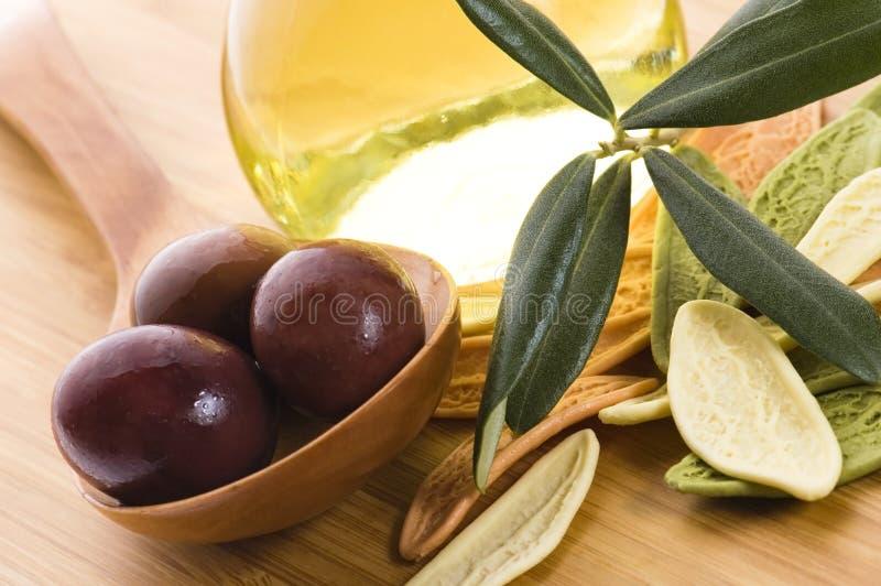 Pâtes, olives noires, pétrole avec le branchement frais photographie stock