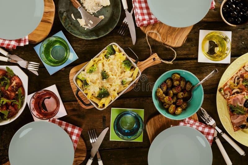 Pâtes, pizza et salade cuites au four sur la table image libre de droits