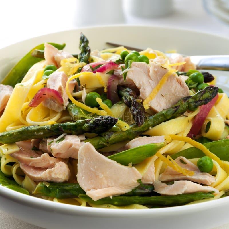 Pâtes Primavera avec des saumons images stock