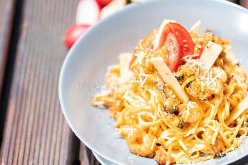 Pâtes, spaghetti avec du fromage, champignons et tomate Nourriture saine images libres de droits