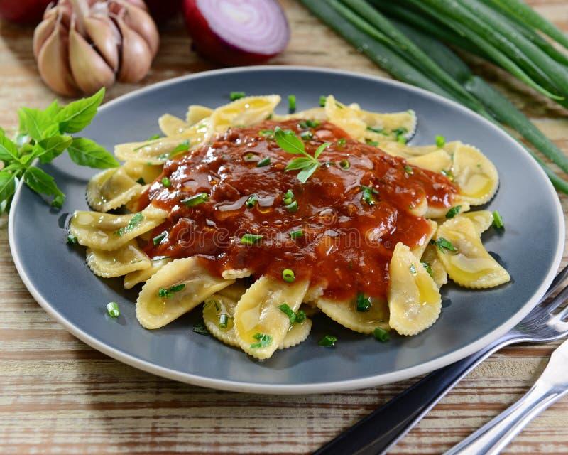 Pâtes sur la sauce rouge image libre de droits