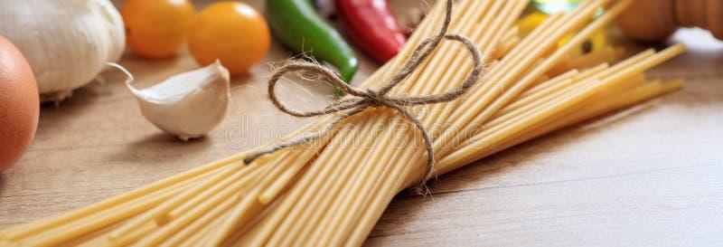 Pâtes, tomates, ail et poivrons de spaghetti sur la table, bannière, vue de plan rapproché images stock