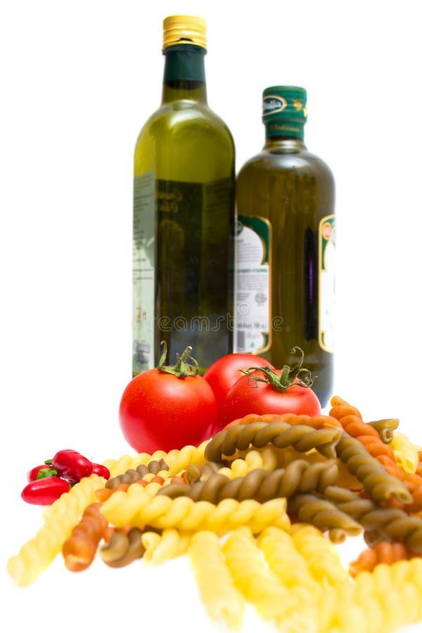 Pâtes, tomates, poivrons, huile d'olive image stock