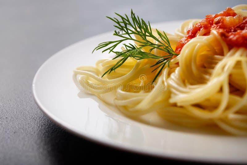 Pâtes végétariennes Spaghetti avec le plan rapproché de sauce tomate et de fromage Avec l'espace pour le texte photographie stock