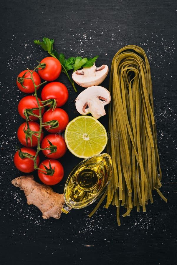 Pâtes vertes sèches avec des épinards et des légumes photo libre de droits