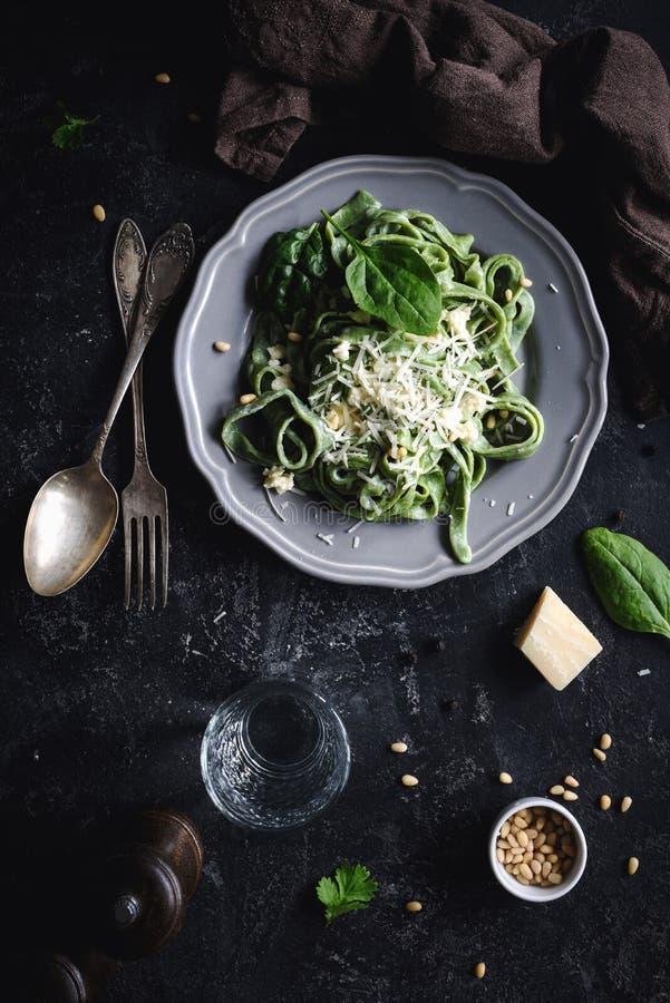 Pâtes vertes saines d'épinards avec du fromage photo libre de droits