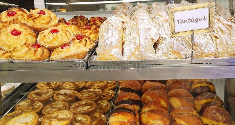Pâtisserie attrayante dans la fenêtre d'une boulangerie portugaise à Lisbonne, Portugal, l'Europe images stock