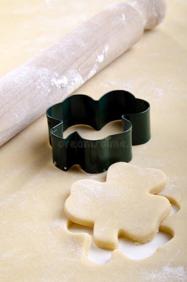 Pâtisserie avec le coupeur de biscuit image libre de droits
