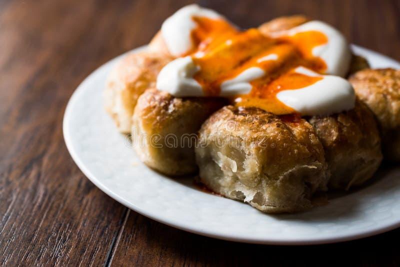 Pâtisserie bosnienne Manti avec du yaourt et Fried Butter Sauce/Bosnak Borek photos stock