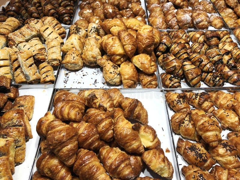 Pâtisserie cuite au four fraîche de croissant en vente en café Achetez le produit savoureux de boulangerie pour la pause-café Nou photo stock