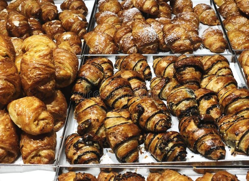 Pâtisserie cuite au four fraîche de croissant en vente en café Achetez le produit savoureux de boulangerie pour la pause-café Nou photographie stock