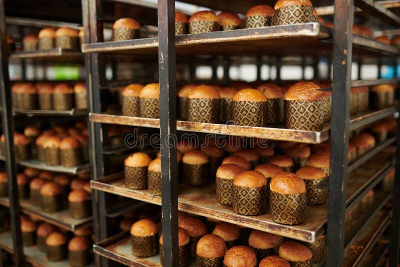 Pâtisserie délicieuse prête à l'usine de confiserie image libre de droits