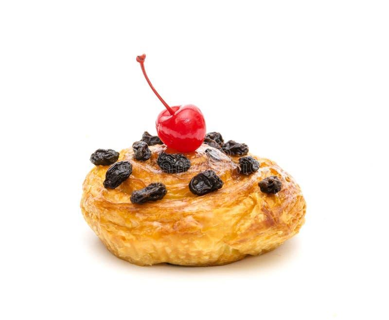 Pâtisserie danoise au raisin et cerise rouge isolée sur fond blanc images stock