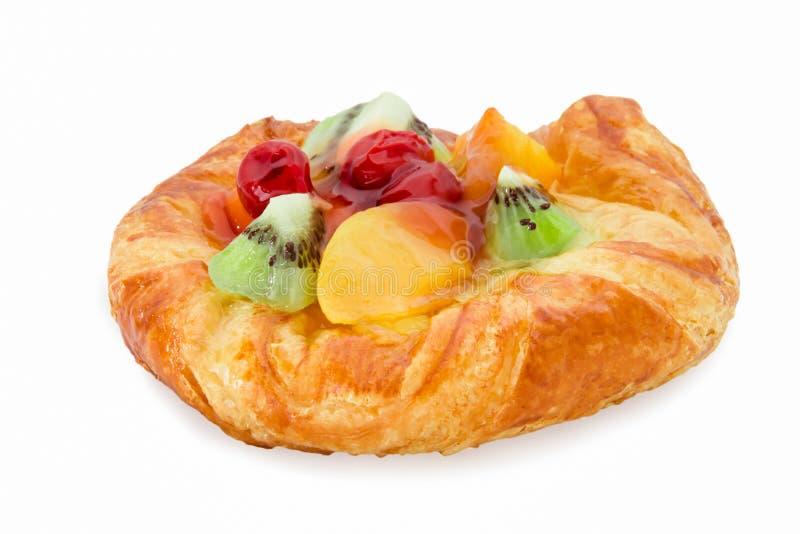 Pâtisserie danoise avec des fruits d'isolement image stock