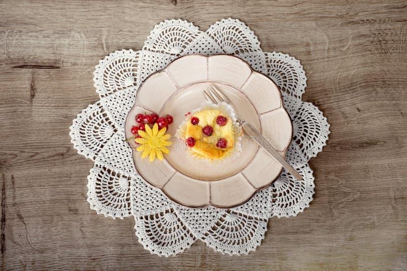 Pâtisserie de canneberge sur le tapis de dentelle de crochet photos libres de droits