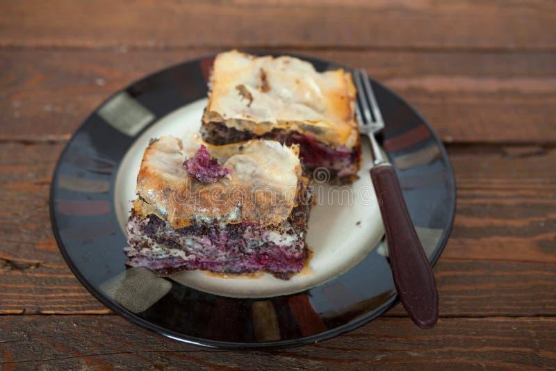 Pâtisserie douce avec la cerise et la Poppy Seed photographie stock libre de droits