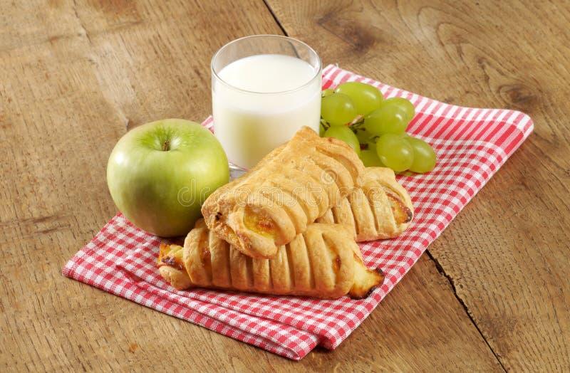 Pâtisserie et lait doux photo libre de droits