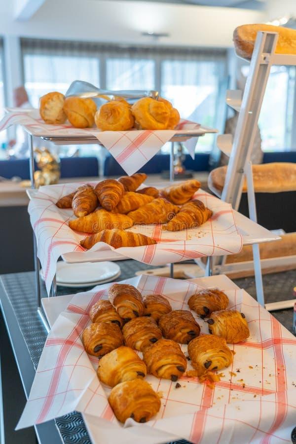 Pâtisserie européenne traditionnelle savoureuse sur l'étagère décorée à la boulangerie image stock