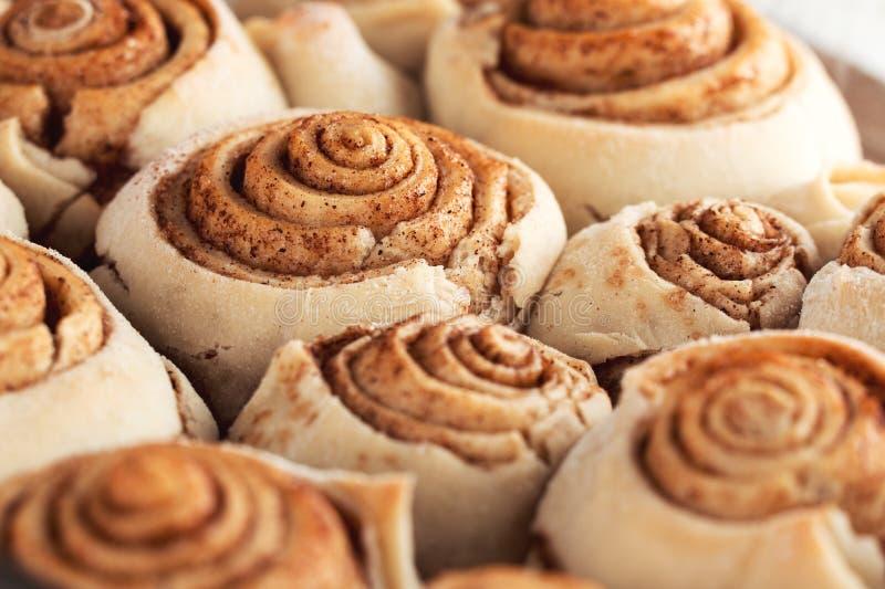 Pâtisserie faite maison douce fraîche de petits pains de cannelle photos libres de droits