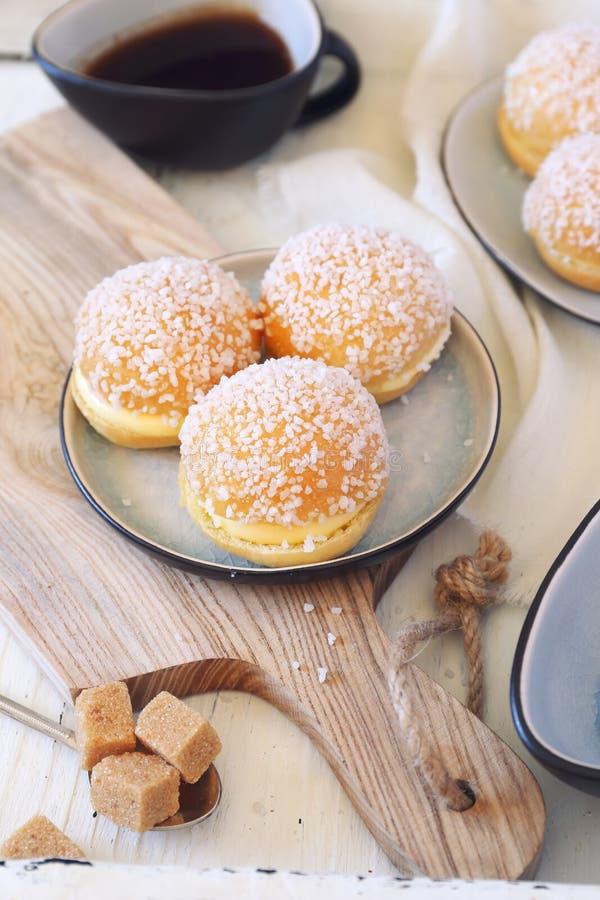 Pâtisserie française de dessert Mini tropezienne de tartes et tasse de café photos libres de droits