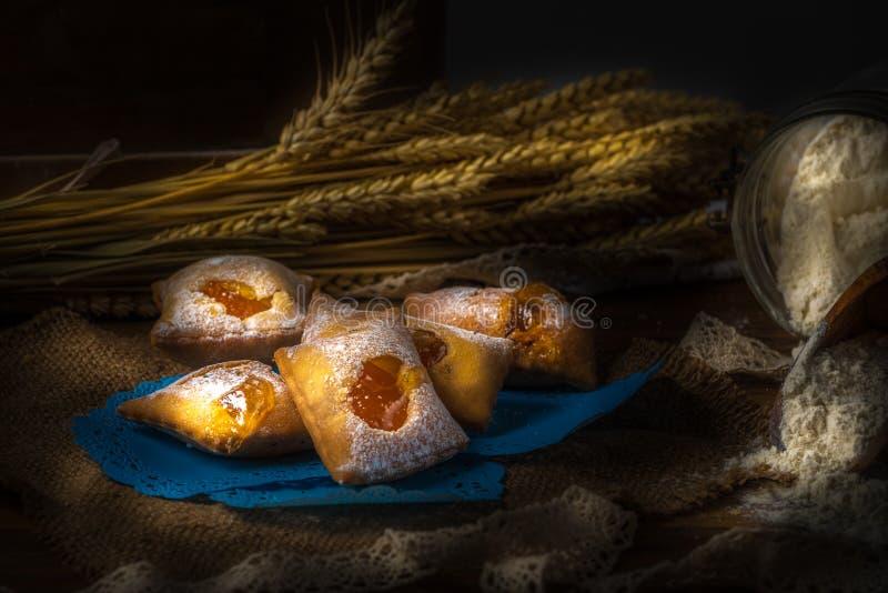 Pâtisserie italienne de carnaval remplie de confiture image stock