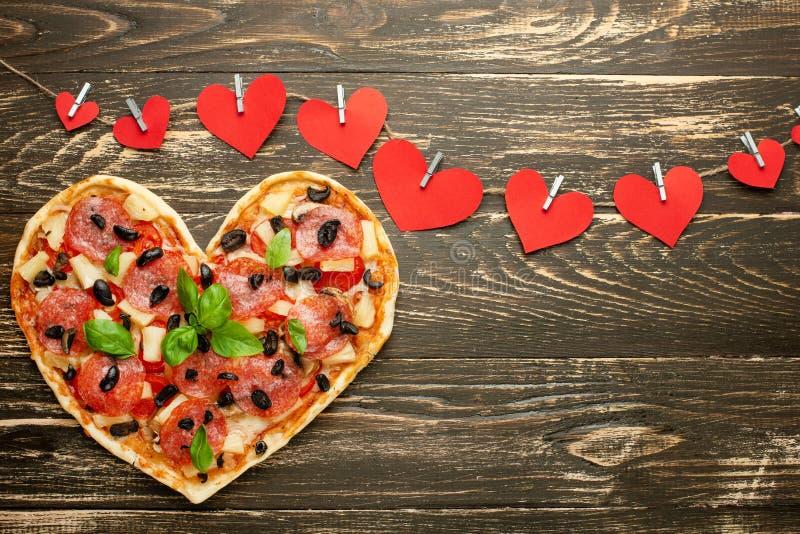 Pâtisserie italienne de dîner romantique de jour de valentines de concept d'amour de pizza de coeur avec les coeurs rouges Sur un photographie stock libre de droits