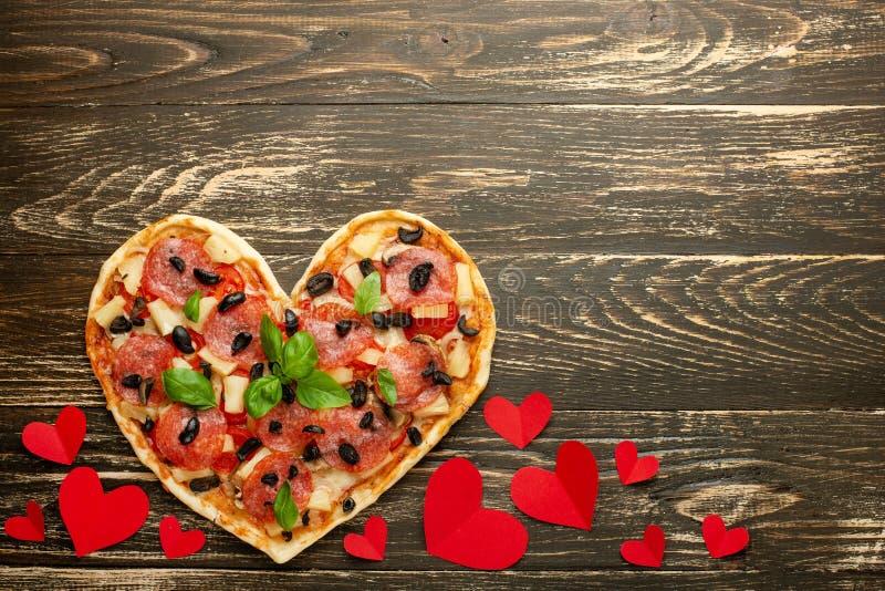 Pâtisserie italienne de dîner romantique de jour de valentines de concept d'amour de pizza de coeur avec les coeurs rouges Sur un images stock
