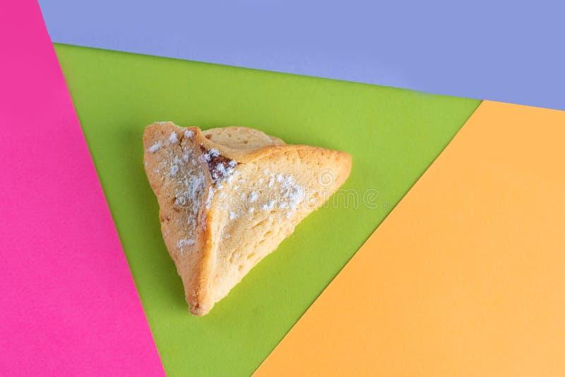Pâtisserie juive traditionnelle, Hamantaschen, servi pendant le Purim sur le fond coloré moderne Vue supplémentaire photo libre de droits
