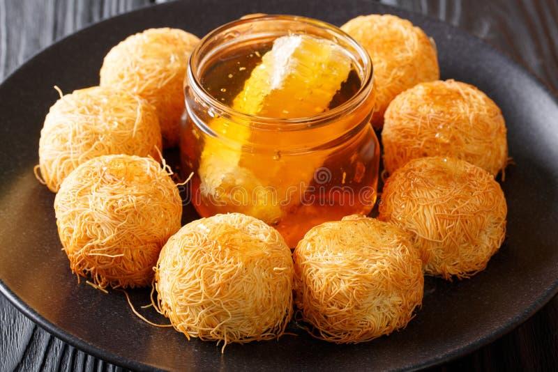 Pâtisseries du Moyen-Orient délicieuses de kanafeh avec la fin fraîche de miel image stock