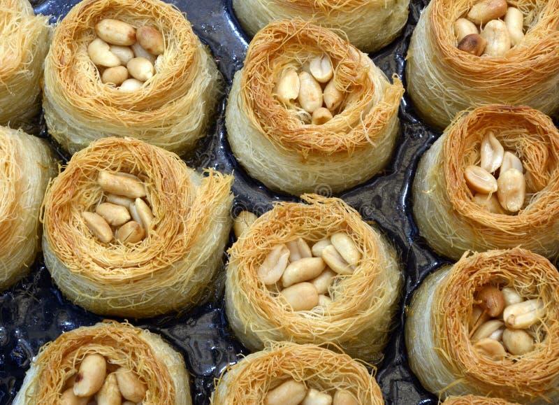 Pâtisseries du Moyen-Orient de baklava - nids avec des arachides et Honey Glaze image stock