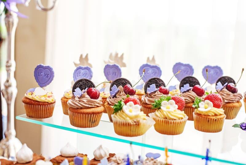 Pâtisseries et gâteaux délicieux Le concept de la nourriture, partie et les épousent image stock